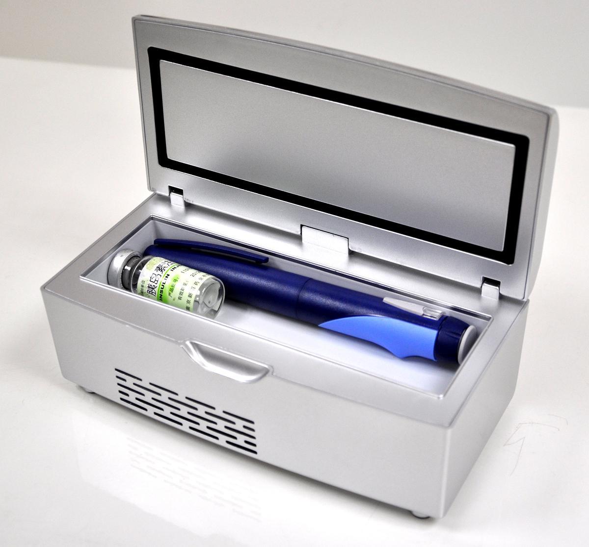 胰岛素小冰箱 近年来随着人们生活水平节奏加快、人口老龄化加速,高热量食物、运动量以及精神压力等因素的影响,国民健康受到了各方面的损害,很多原低发率的疾病(如糖尿病,心脑血管,各类病毒性传染病等)也渐渐的显现出来,在日常生活中就有了家庭对药品的储存与便携的要求。 有些药品对于储存温度要求很严格,必须是在2-8摄氏度之间的范围内保存,而且一部分患者需要随时随地携带,福意联便携式药品冷藏盒是专门针对这类药品而设计研发的,它使药品的冷藏和便携问题得到了圆满的解决。在环境温度32的情况下,冷藏盒内部依然可以达到2